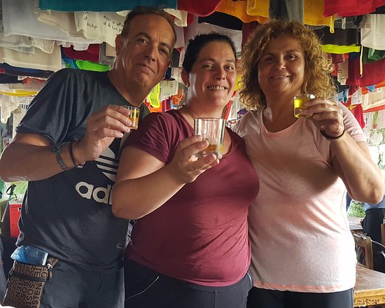 O Pino, Ισπανία: Brindando con orujo casero con Sonia