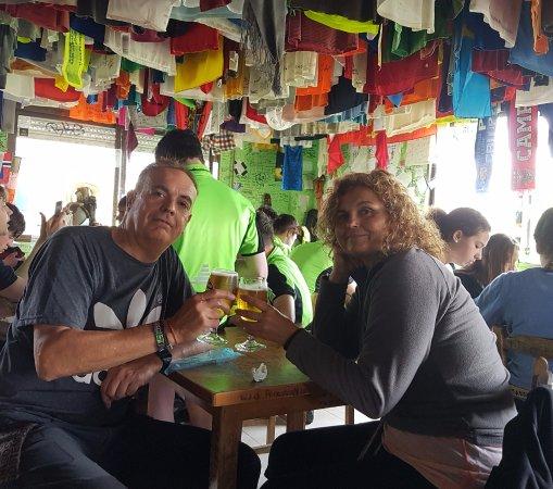 O Pino, Ισπανία: El comedor con las camisetas colgadas del techo