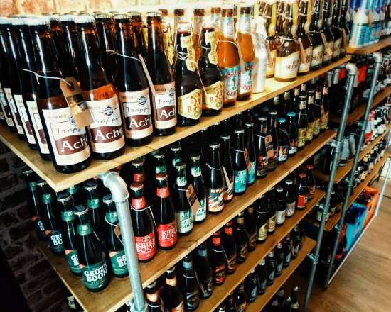 Villeneuve-les-Avignon, Francia: Bières belges, trappistes, blanches, blondes, ambrées, brunes, aromatisées, gueuze ... cave à bi