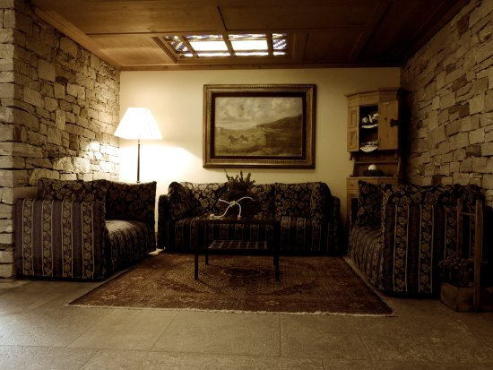 Rezia Hotel: Living Room around the Hall
