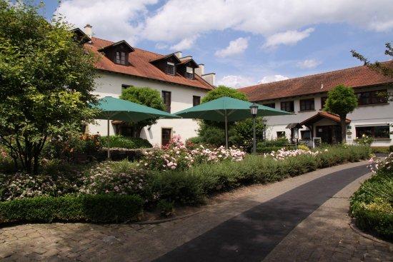 Wiesloch, Germany: Rosengarten - Der Innenhof der Golfanlagen Hohenhardter Hof