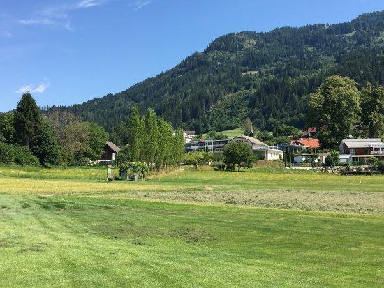 Seeboden, Oostenrijk: Pohled na hotel z golfového hřiště; ukázka jídla