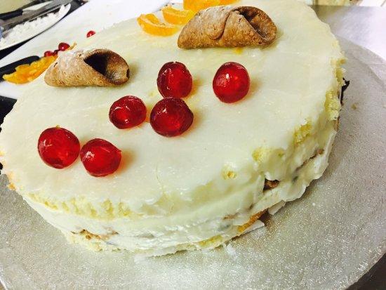 Pangbourne, UK: Special cake : nuvola siciliana , ricotta di pecora , canditi, e maraschino e.......