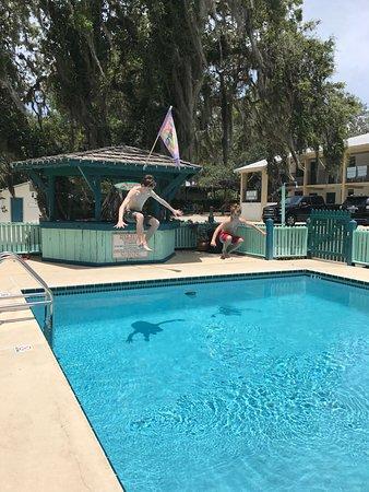 Steinhatchee River Inn: large outdoor pool to enjoy
