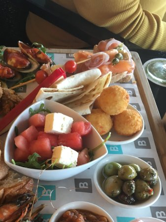 Hillarys, Australia: Our Tapas plate to go with our Champagne.