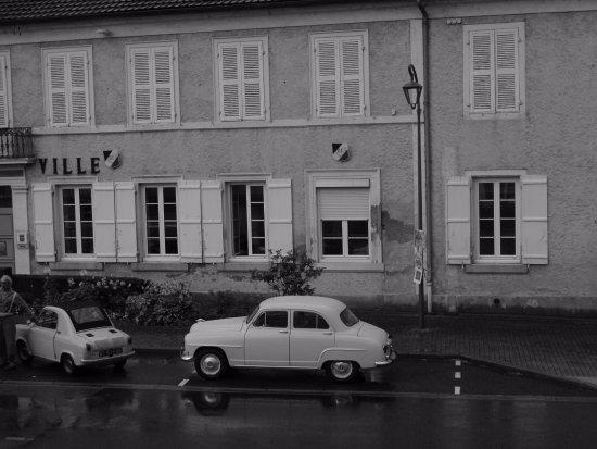 Lapalisse, Frankrig: Vue de la chambre avec un aire des années 50 !!