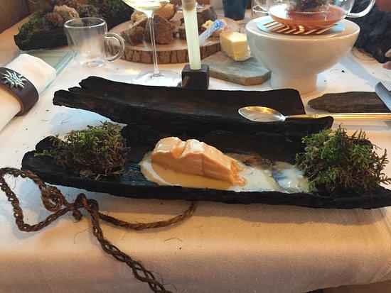 Manigod, فرنسا: truite de léman dans une écorce d'épicéa