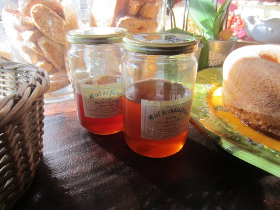 Lagnes, France: Local honey at breakfast