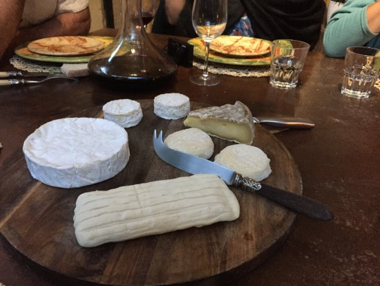 Lagnes, Francia: Cheese course at dinner