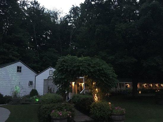 Woodstock, Estado de Nueva York: Beautiful lighting design at dusk! View of building with standard rooms.