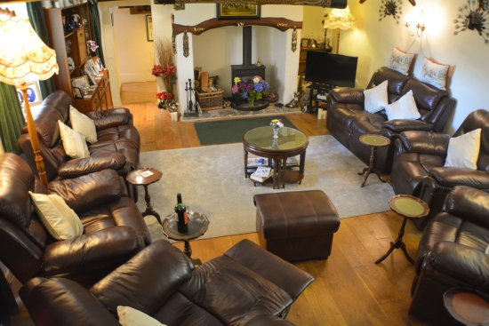 Atherington, UK: Lounge with roaring wood fire and comfortable chairs - relax after a long day exploring  Gloriou