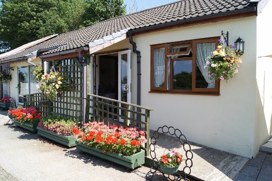 Atherington, UK: Carpark showing wheelchair access from car park - wheelchair friendly rooms