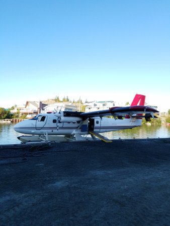 Peterson's Point Lake Lodge : float plane up to lodge