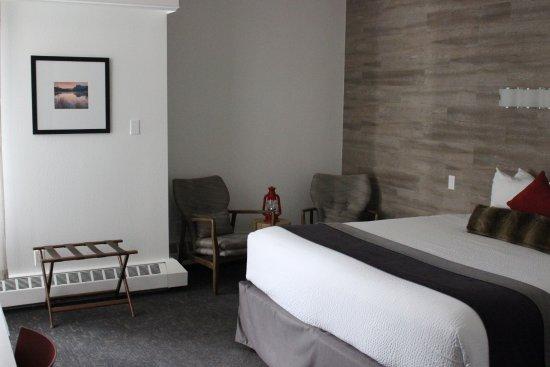 Elk + Avenue Hotel: Bedroom & lounge area