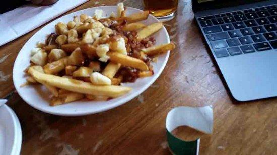 ซันพีกส์, แคนาดา: Bottoms Bar & Grill