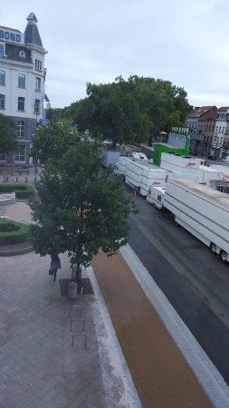 Anderlecht, Belgien: Environs très bruyants et absolument pas sécurisant.