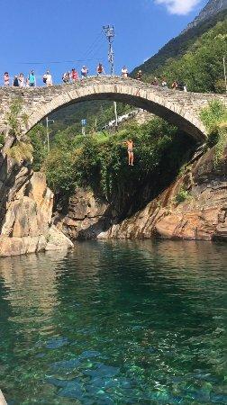 Vogorno, Svizzera: salto dal ponte romano (12metri circa)