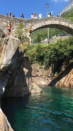 Vogorno, Svizzera: Salto da un masso ( 6metri circa)
