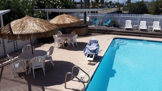 Amelia's Landing Hotel: Our popular pool and hot tub area has a gas grill and sun deck.
