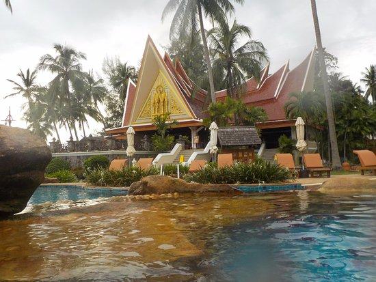 Santhiya Tree Koh Chang Resort: Blick vom Pool auf das Restaurant