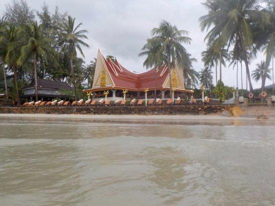 Santhiya Tree Koh Chang Resort: Blick vom Strand auf das Hotel