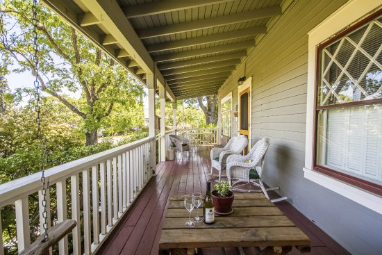 Oak Hill Bed and Breakfast: The front porch is another great place to relax and visit.