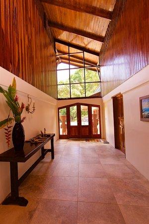 Pavones, Costa Rica: hallway to front door
