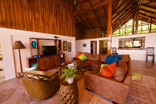 Pavones, Costa Rica: living room with TV and DVD player / games and books
