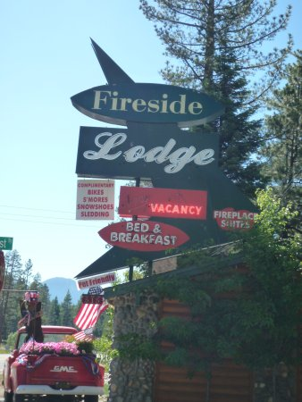 Fireside Lodge Bed and Breakfast: Street sign