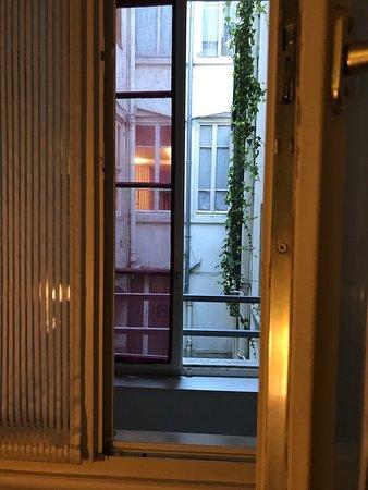 Hotel Bayard Bellecour: Camera 15, Finestra Su Corridoio E Vista E Visti  Dalla Cucina