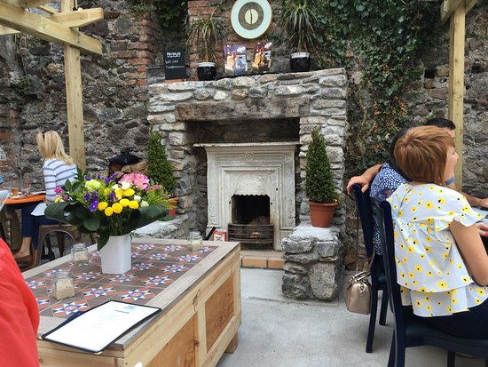 Dungarvan, Irlandia: The cosy courtyard at the 360 Cookhouse restaurant