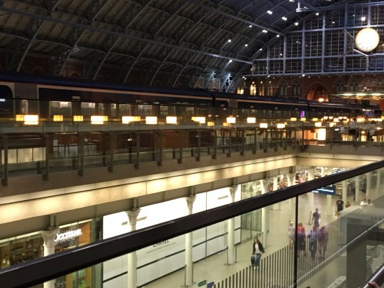 St. Pancras Renaissance Hotel London: Train platform literally adjacent to hotel.