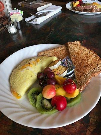 Seven Wives Inn: DELICIOUS breakfast!