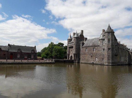 Campénéac, France : Chateau et dépendances
