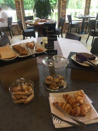 Villaines la Juhel, France : Buffet du petit déjeuner , bon appétit ....