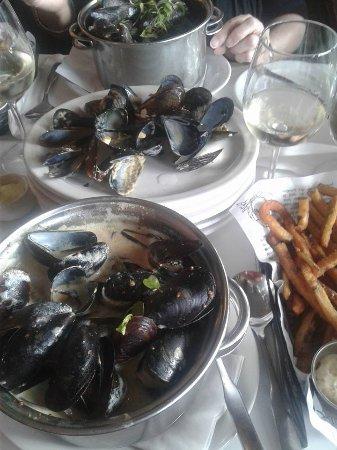 Longueuil, Canada: Moules Moutardines et marinières avec leurs frites...Miam