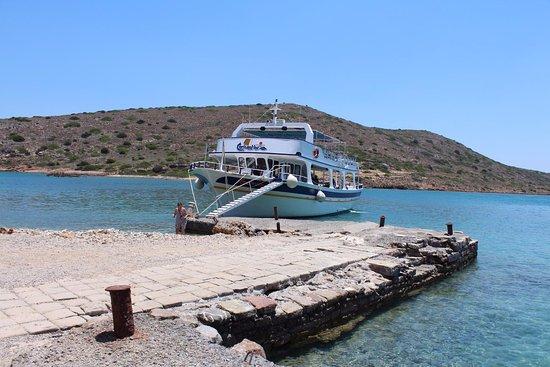Ελούντα, Ελλάδα: На причале у острова....