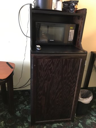 Executive Inn - Park Avenue Hotel : Closet door not on correctly, bathroom door didn't close all the way; cords hanging from the tv