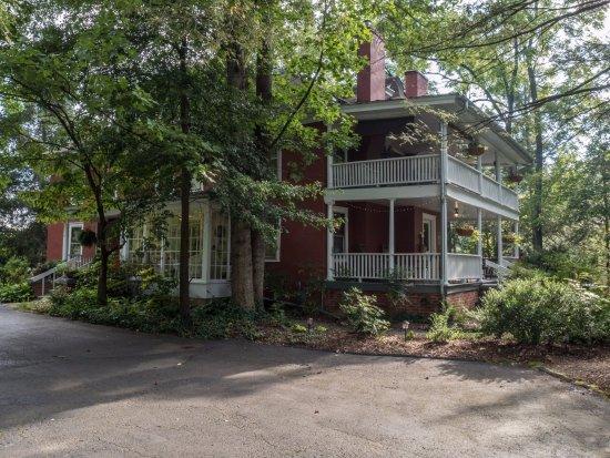 The Red House Inn Brevard: Enjoy the porches at the inn