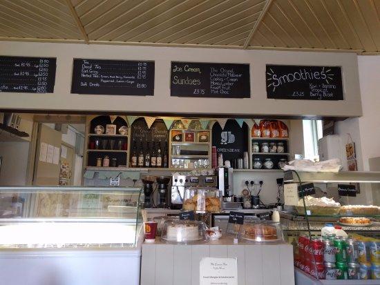 Belleek, UK: Lemon Tree counter and dessert case