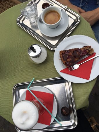 Kaffeehaus in Baden-Baden: double expresso / latte machiato / gateau chocolat-cerises
