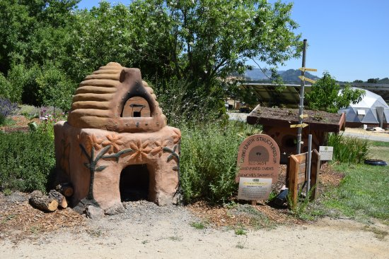 Hopland, CA: Wood Fired Oven and Eco-Friendly Dog House