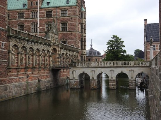 Zeeland, Denemarken: Frederiksborg Castle. Entrance bridge over the moat.