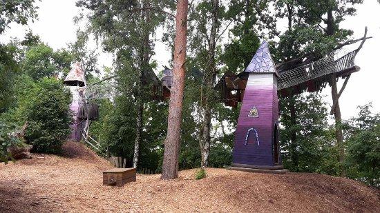 Zentendorf, Germany: Viele Bauwerke sind durch Klettertunnel und -gitter verbunden. Rechte Winkel? Fehlanzeige!