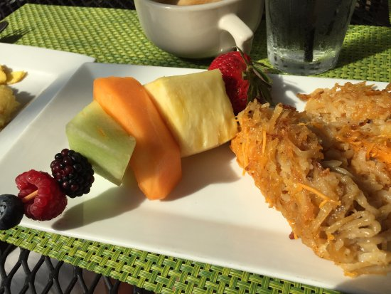 Cottonwood, AZ : Fruit spear and hash brown casserole