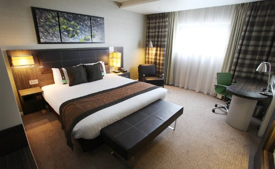 Winnersh, UK: Spacious Executive Room with Warm & Rich Tones