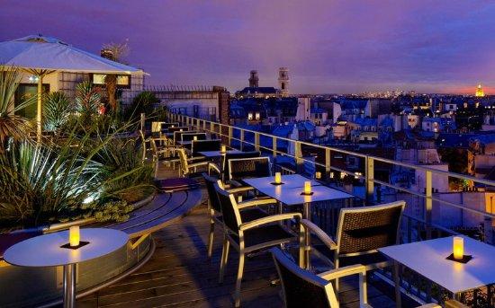 ฮอลิเดย์อินน์ปารีส นอเทรอดาม: View from the hotel at night