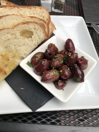 Demetri's Woodstone Taverna: 2 kinds of Greek olives, served with toasted bread.