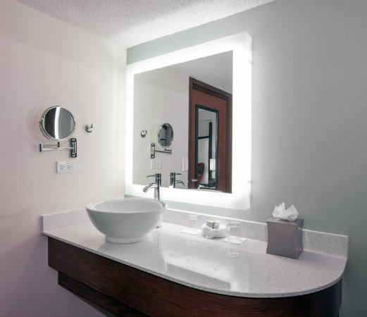Vernon Hills, إلينوي: Vessel Sink with Spacious Counter