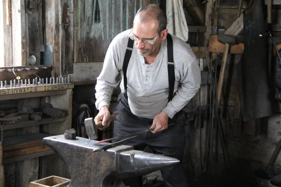 Lower West Pubnico, Canadá: blacksmith making nails